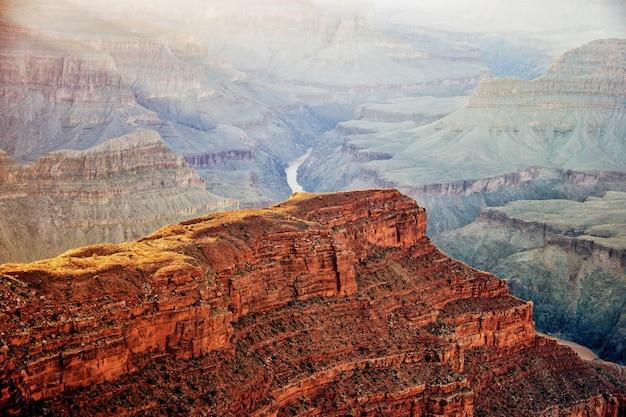 アリゾナ州の有名なグランドキャニオンの息をのむようなハイアングルショット