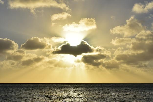 바다 위로 석양이 지는 하늘의 숨막히는 모습.