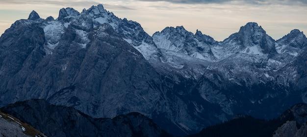 雪に覆われたイタリアアルプスの夕方の息をのむようなパノラマショット