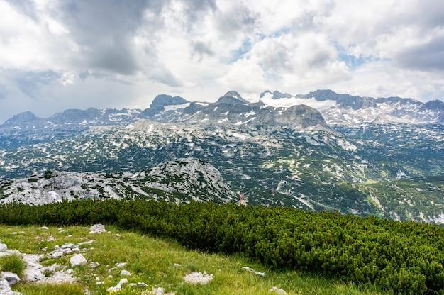 風光明媚なwelterbespiraleobertraunオーストリアの谷と山々の息を呑むようなシーン