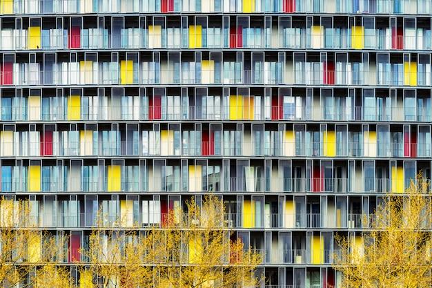 Scenario mozzafiato di un edificio con porte colorate nel mezzo di una città durante l'autunno