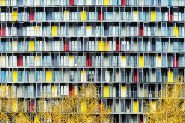 Захватывающий дух пейзаж здания с красочными дверями в центре города осенью