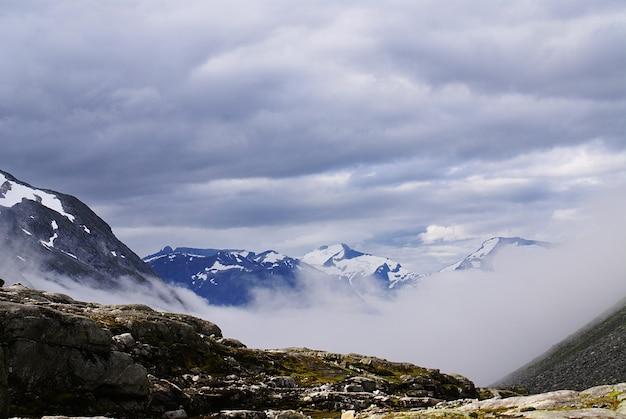 Захватывающие дух пейзажи красивой атлантерхавсвейен - атлантическая дорога, норвегия.