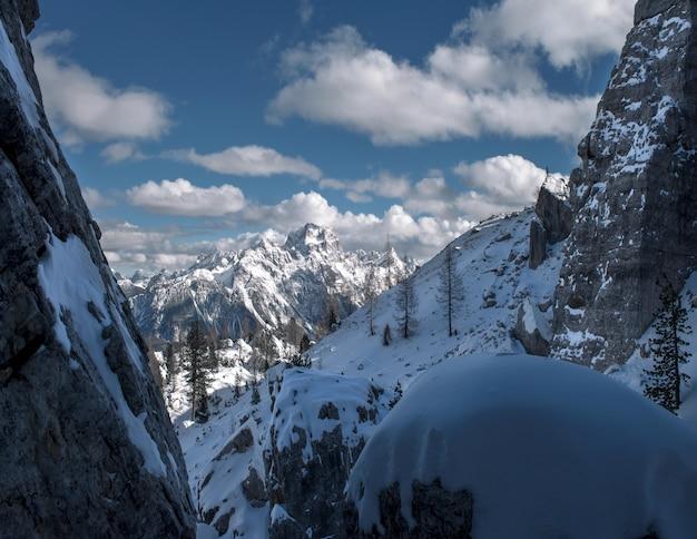 Захватывающие дух пейзажи заснеженных скал в доломитах, итальянских альпах зимой.