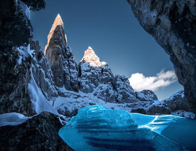 冬のイタリアアルプス、ドロミテの雪に覆われた岩の息を呑むような風景