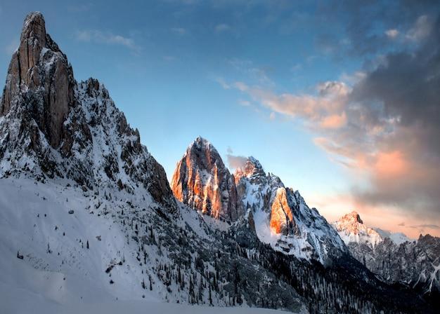 イタリア、ドロミテンの曇り空の下で雪に覆われた岩の息をのむような風景