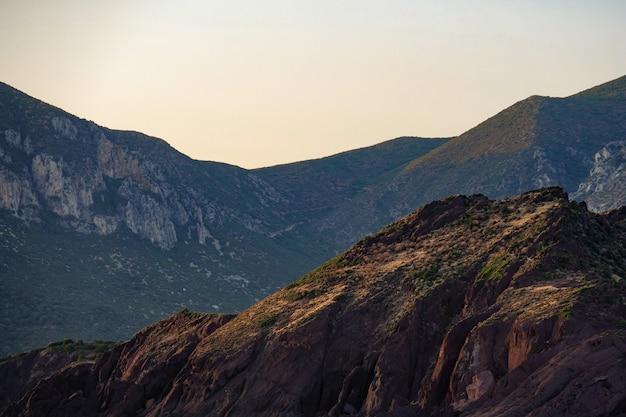 Scatto mozzafiato di bellissime montagne rocciose