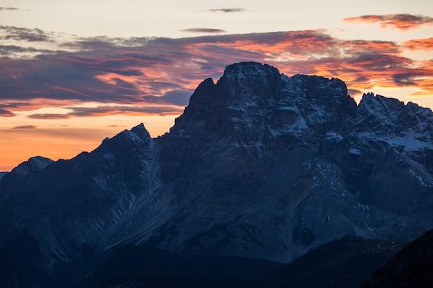 Scatto mozzafiato della bellissima alba nelle alpi italiane