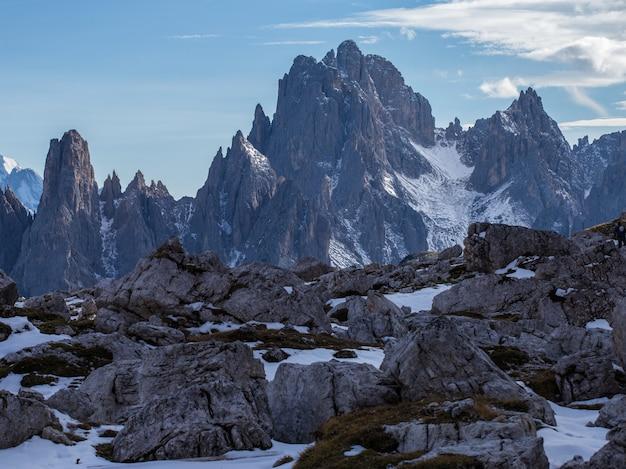 Scatto mozzafiato del primo mattino nelle alpi italiane