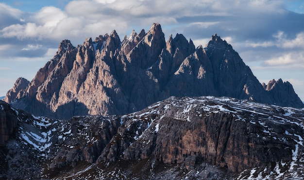Colpo mozzafiato della montagna cadini di misurina nelle alpi italiane