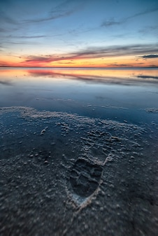 素晴らしい夕日の美しいビーチの息を呑むようなショット