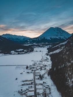 겨울에 그 아래 마을이있는 산맥의 숨막히는 장면