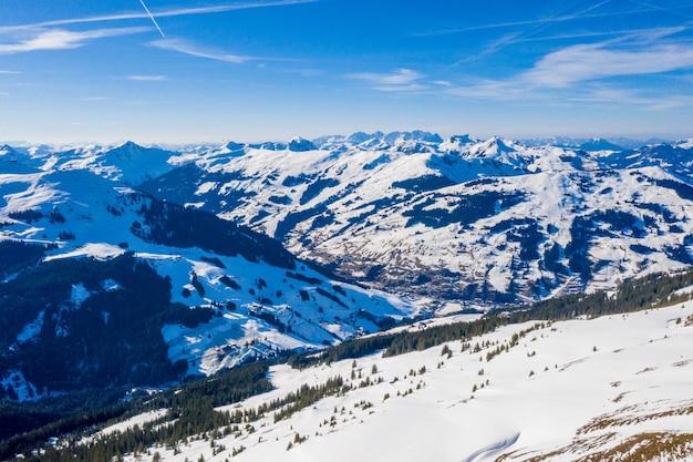 Захватывающий снимок заснеженного горного пейзажа в австрии.