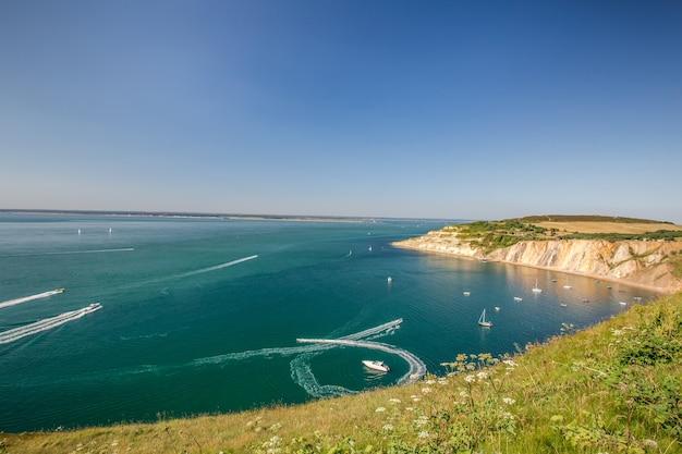 영국 채널에서 와이트 섬 항구의 숨막히는 장면