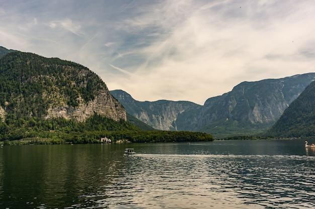 Захватывающий снимок озера среди гор, сделанный в гальштате, австрия.