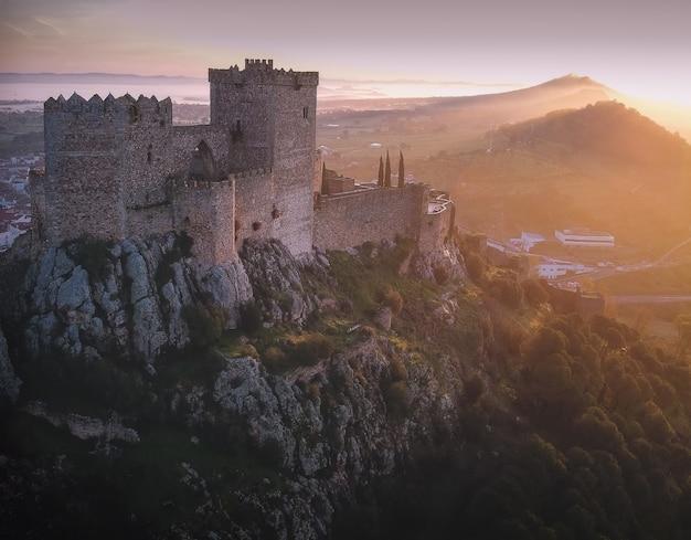 スペイン、エストレマドゥーラ州バダホス県の中世の城の息を呑むようなショット