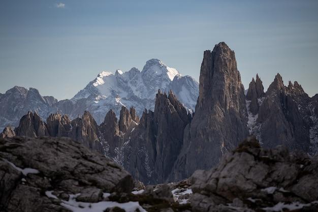 이탈리아 알프스의 cadini di misurina의 눈 덮인 산맥의 숨막히는 샷