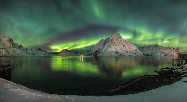 호수에 비친 색의 바람이 마치 동화 같은 장면처럼 보이는 숨막히는 샷