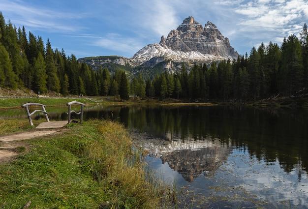 Il colpo strabiliante della montagna di tre cime di lavaredo ha riflesso nel lago antorno in italia