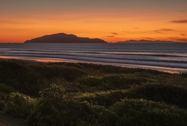 ニュージーランド北島のカピティコーストにあるオタキビーチの息をのむような夕日