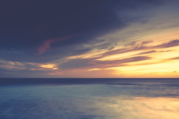 穏やかな海に沈む息を呑むような夕日の風景-壁紙に最適
