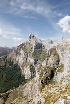 Vista mozzafiato su bellissime montagne