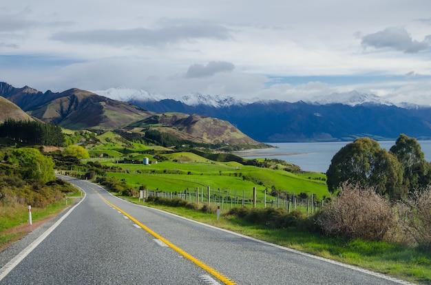 Захватывающий вид на красивый пейзаж в окружении гор в городе ванака, новая зеландия.