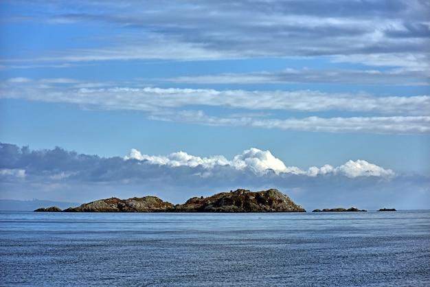Захватывающий вид на небольшой остров с голубым небом