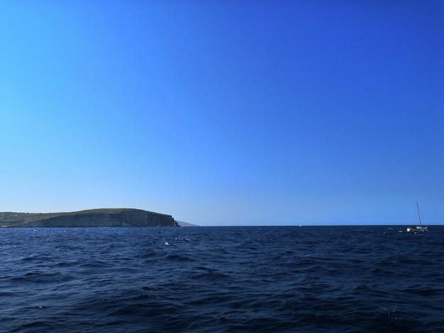 美しい地平線で晴れた日にキャプチャされたマルタの波状の海の息を呑むような景色