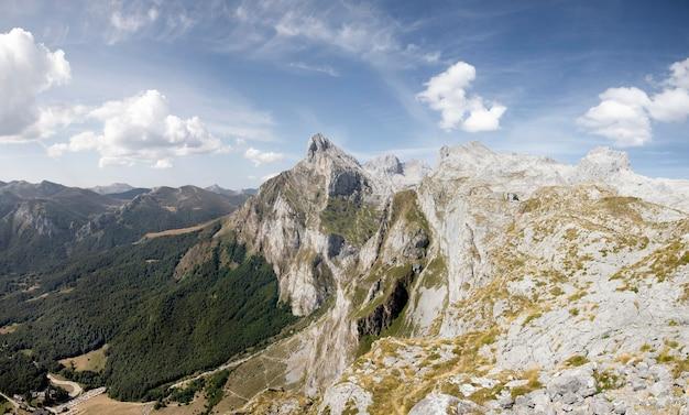 아름다운 산의 숨막히는 전경