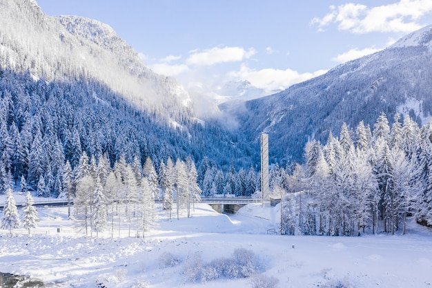 Захватывающий вид на красивые заснеженные горы днем