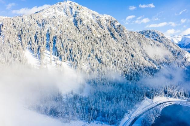 昼間は雪に覆われた森林に覆われた山々の息を呑むような景色