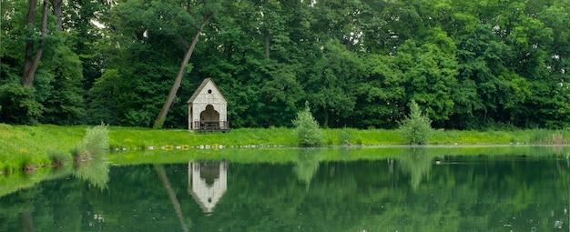 Захватывающий вид на пышную природу и ее отражение в воде в парке максимир в загребе, хорватия.