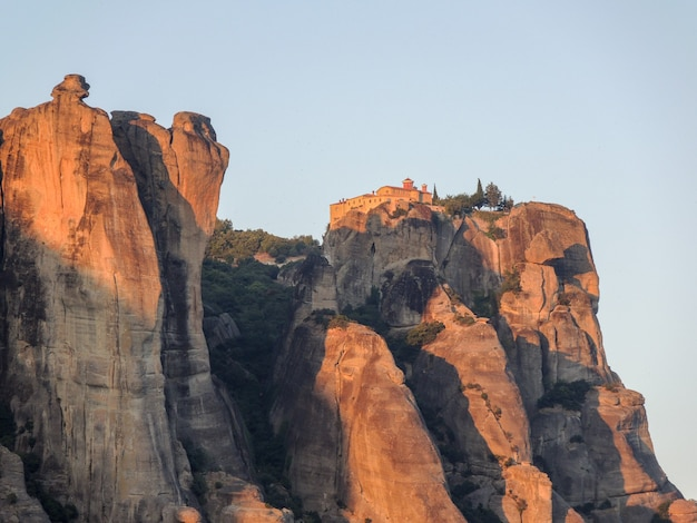 Захватывающий вид на здание монастыря на вершине холма в метеоре, греция