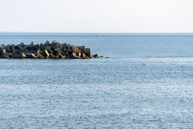 Захватывающий вид на море с волнорезами