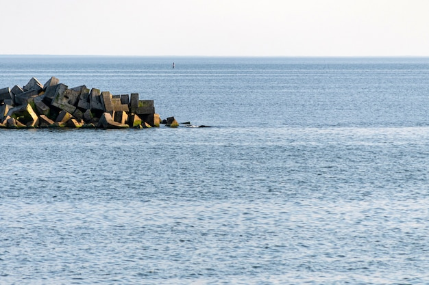 Захватывающий вид на море с волнорезами.