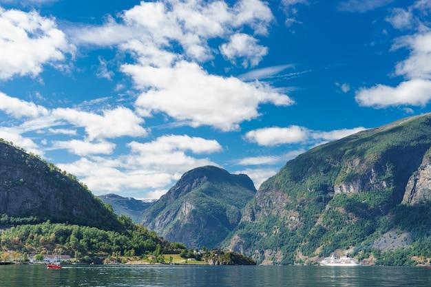 Sunnylvsfjorden 피요르드와 유람선의 숨막히는 전망. 서부 노르웨이.