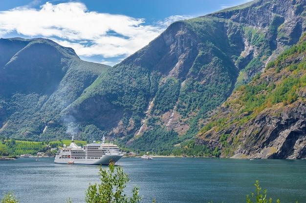 Sunnylvsfjordenフィヨルドとクルーズ船の息を呑むような景色