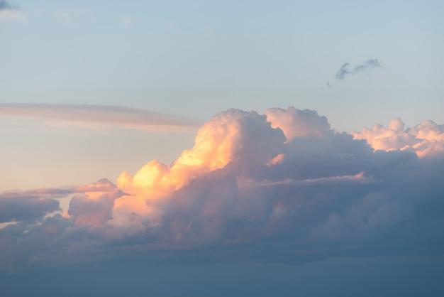 아침 하늘에 구름의 숨막히는 경치