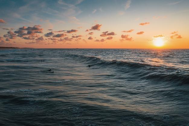 オランダ、ドンブルグで撮影された夕日の海の息をのむような眺め