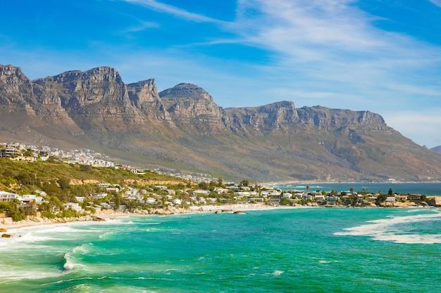 남아프리카 케이프 타운에서 포착 된 바다 옆 바위 절벽의 숨막히는 전경