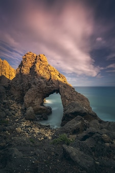Захватывающий вид на морской пейзаж и скалы на живописном закате.