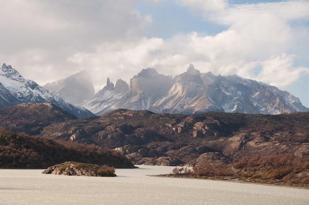 チリのパタゴニアの曇り空の下で雪山の息をのむようなビュー