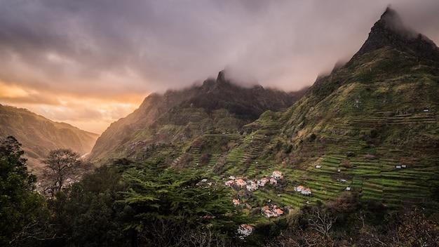 마데이라 섬에서 캡처 한 산에있는 마을의 숨막히는 전경