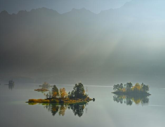 アイプゼーの森に囲まれたツークシュピッツェ湖の素晴らしい景色