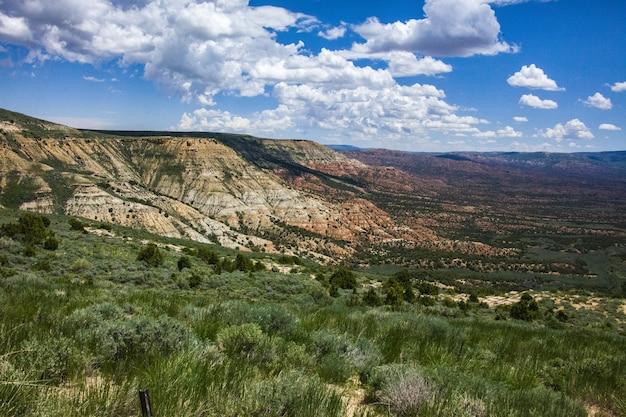 Vista mozzafiato del paesaggio del wyoming e di un campo catturato in una giornata di sole dalla cima di una scogliera