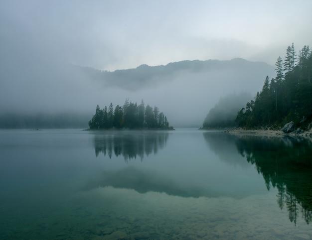 Vista mozzafiato sul lago zugspitze circondato da boschi a eibsee