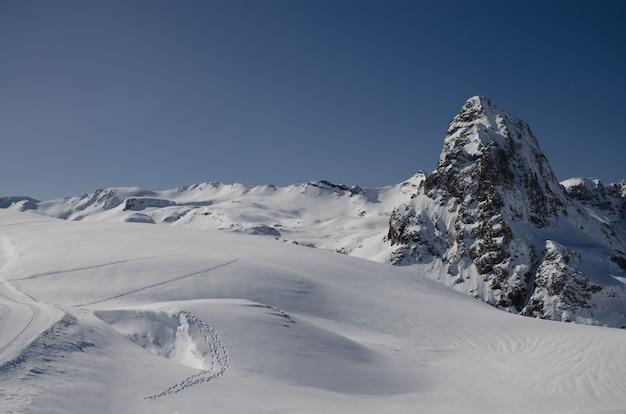 Захватывающий зимний пейзаж природы, удивительный снежный горный вид.