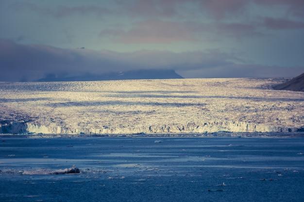 ヨークルスアゥルロゥンはアイスランド南東部のヴァトナヨークトル国立公園の端にある大きな氷河湖です。 breiðamerkurjökull氷河の頂上にあります。