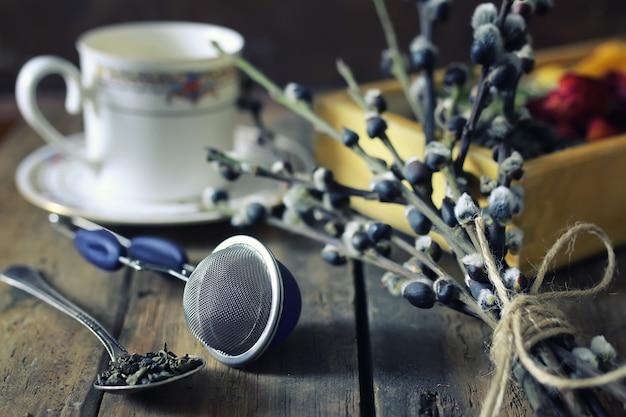 Заварить чай концепции деревянный фон